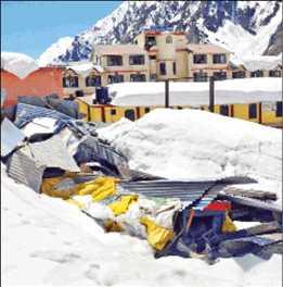 बदरीनाथ धाम में बर्फ साफ करना बना चुनौती